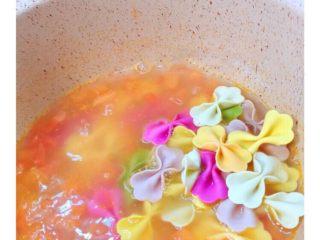 番茄鸡蛋蝴蝶面,倒入蝴蝶面煮五分钟