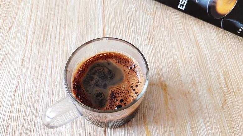 咖啡小蛋糕,然后用热水把咖啡粉给冲化了。放凉备用。