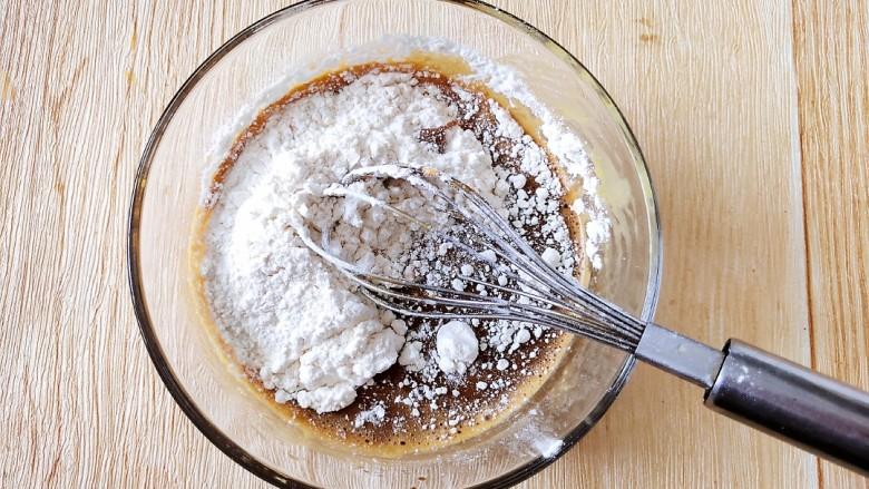咖啡小蛋糕,最后把面粉筛进去,打蛋器一字形搅拌至细腻。