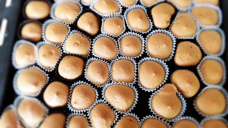 咖啡小蛋糕,180度上下火,烤15到18分钟即可取出。