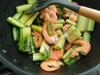 鲜虾黄瓜条,放入盐,胡椒粉,生抽