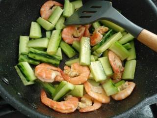 鲜虾黄瓜条,放入黄瓜翻炒一分钟