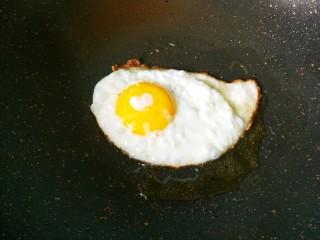 懒人鸡蛋卷饼,鸡蛋煎熟。