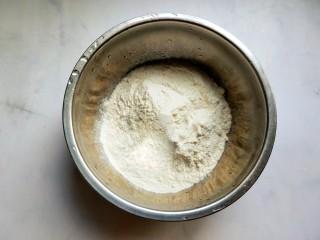 懒人鸡蛋卷饼,准备普通面粉200g