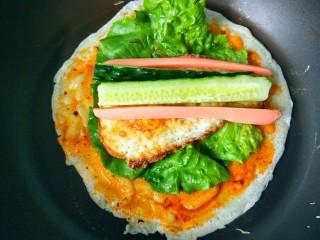懒人鸡蛋卷饼,放黄瓜和火腿肠。