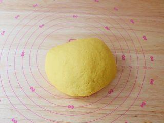胡萝卜奶香小饼,再用手揉成光滑的面团