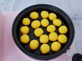 胡萝卜奶香小饼,平底锅刷少许食用油,依次先把第一次的饼胚放入锅中,小火煎至金黄色