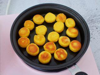 胡萝卜奶香小饼,翻另一面继续小火煎至金黄色即可