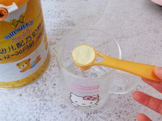 胡萝卜奶香小饼,温开水加入澳优能立多G4奶粉