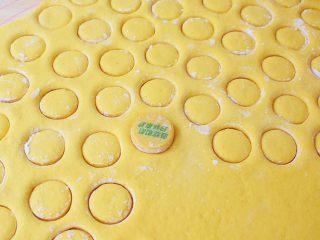 胡萝卜奶香小饼,再用饮料盖印出形状