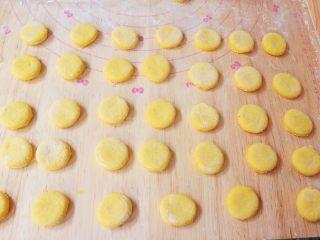 胡萝卜奶香小饼,剩下的边角料再次揉匀后再擀成1厘米左右的薄片,再用饮料盖印出形状,依次印好的饼胚要盖上保鲜膜防干