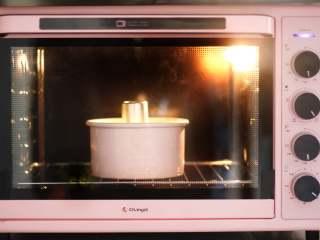 柠檬戚风蛋糕 ,送入预热好的烤箱