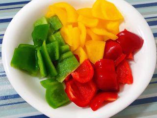 彩椒炒牛肚头,三色彩椒去蒂、籽洗净切块备用