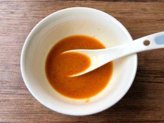 鱼香鸡蛋,取一个小碗,加入1勺生抽,1勺白醋,1勺蚝油,半勺白糖,盐少许,半勺淀粉,3勺水搅拌均匀调成鱼香汁。