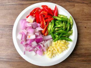 鱼香鸡蛋,青红辣椒洗净切滚刀块,洋葱洗净切块,姜和蒜去皮洗净切末。
