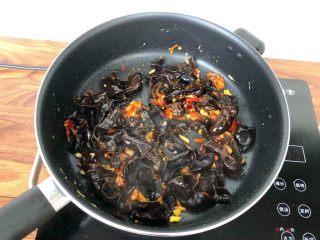鱼香鸡蛋,锅里倒入适量油烧热,放入姜蒜爆香,加入剁椒和郫县豆瓣酱炒出红油,再加入木耳翻炒1分钟。
