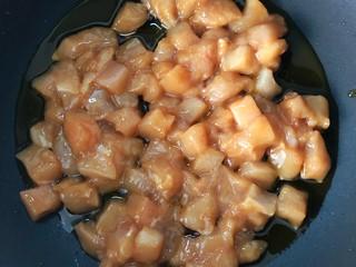 炒三丁,起锅烧油,倒入鸡肉丁炒至八分熟。