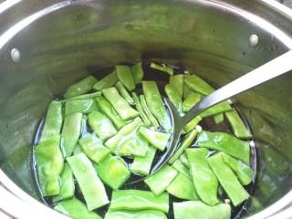 扁豆土豆炖鸡肉,焯水40秒,捞出过凉水,备用