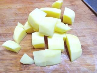 扁豆土豆炖鸡肉,切块