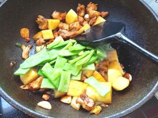 扁豆土豆炖鸡肉,放入扁豆翻炒