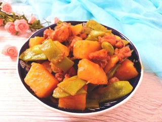 扁豆土豆炖鸡肉,肉香嫩滑,土豆扁豆软糯香美