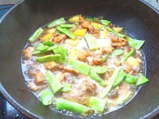 扁豆土豆炖鸡肉,加入适量的开始,盖好盖子,炖20分钟