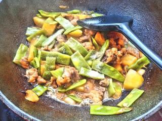 扁豆土豆炖鸡肉,炖好放入少许盐和味精翻炒均匀出锅装盘