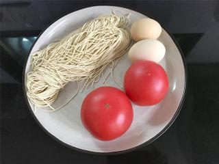 番茄鸡蛋拌面,准备好材料,鸡蛋2个,番茄2个,水面150克。