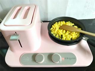 番茄鸡蛋拌面,锅中倒入少许油,把打散的鸡蛋倒入锅中,稍凝固后快速划散,炒匀后盛出。