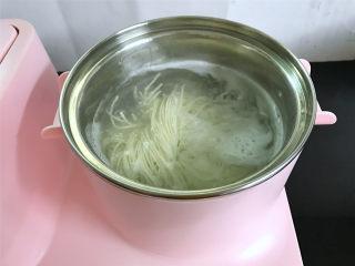 番茄鸡蛋拌面,锅中倒入适量水,煮开后把面条放入锅中,煮至没有白芯。