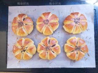 花朵豆沙面包,烤好的面包放在晾架子上晾一下。就可以吃了。