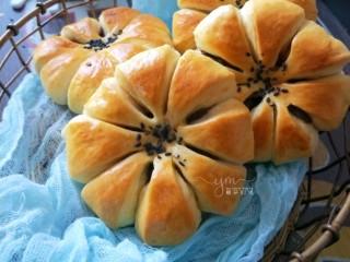 花朵豆沙面包,也可以剪成八份,这是之前做过的。