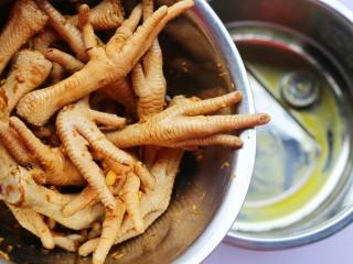 史上最简单的懒人电饭煲鸡爪,将腌制好的鸡爪连同剩下的酱汁倒入电饭锅内。