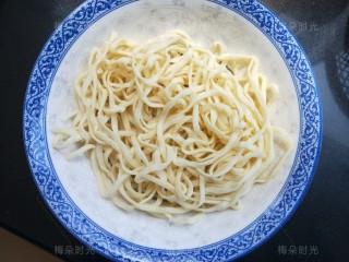 豆角焖面,面条用少量油拌一拌,待用。