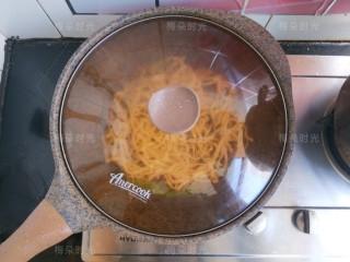 豆角焖面,盖锅盖焖煮8分钟左右。