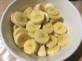 减肥香蕉燕麦棒,香蕉去皮切片,倒入碗中;