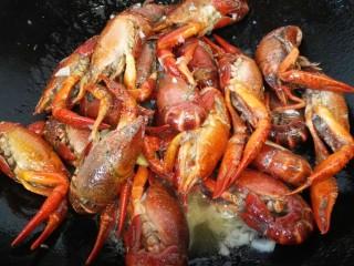 蒜泥小龙虾,翻炒致变色