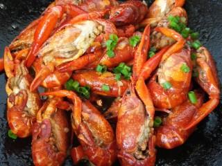 蒜泥小龙虾,煮致汁干入味撒上葱花即可出锅