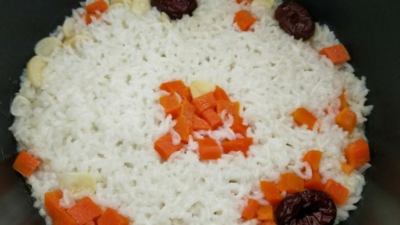 红枣蒜头焖饭,压力锅盖上盖子,现选择煮米饭功能,11分钟后蒜头焖饭就煮好了。
