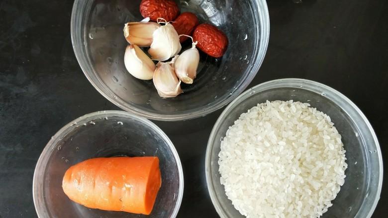 红枣蒜头焖饭,准备好食材。