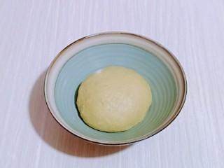 蜜豆喜饼~香甜松软,揉好的面团取出揉圆,盖上保鲜膜进行发酵。(面包机里直接发酵也可以)
