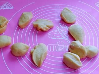 蜜豆喜饼~香甜松软,将发酵好的面团分割11等份,盖上保鲜膜松弛10分钟。