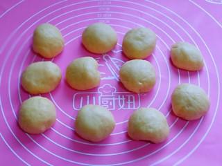 蜜豆喜饼~香甜松软,松弛好的面团收揉圆。