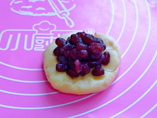 蜜豆喜饼~香甜松软,取一块面团,擀面杖擀成圆饼,加入蜜豆。