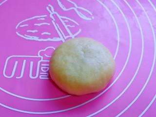 蜜豆喜饼~香甜松软,如包子手法包起来,收口捏紧,朝下,用掌心轻轻按扁。