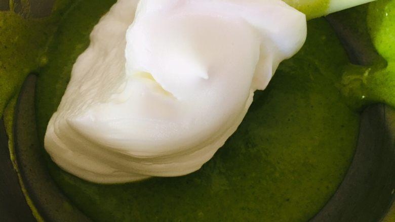 菠菜戚风蛋糕,挖一勺蛋白霜和菠菜糊混合。