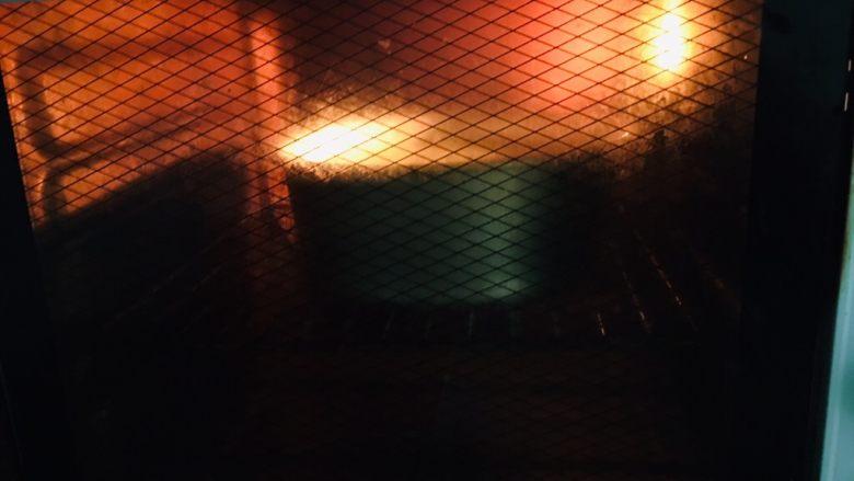 菠菜戚风蛋糕,上下火180度55分钟。