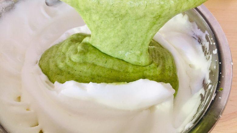 菠菜戚风蛋糕,然后倒入剩下的蛋白霜里。