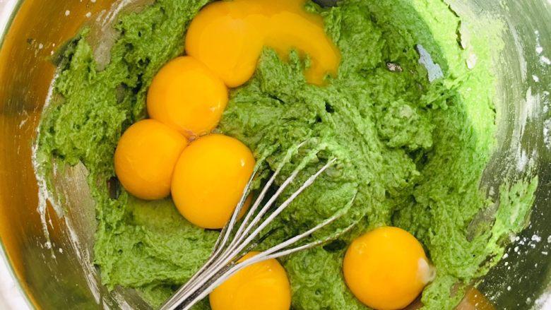 菠菜戚风蛋糕,搅拌均匀加入蛋黄。