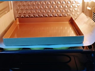 蜜豆喜饼~香甜松软,发酵好的喜饼胚是原来两倍大,盖上一张油纸,再放上一个烤盘。